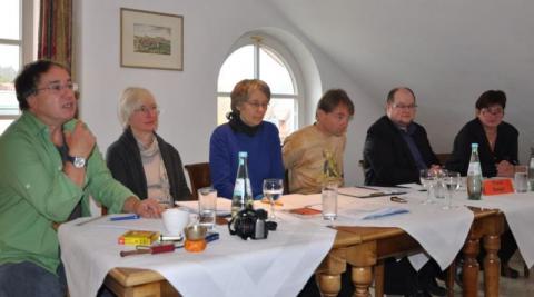 Der bisherige Vorstand leitete den größten Teil der Sitzung unter Mithilfe des externen Moderators Frank Seeger (2.v.r.)