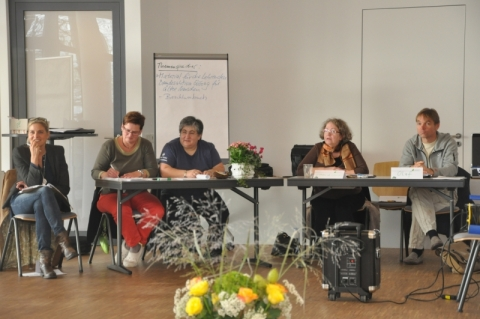 Tagungsleitung Meike Fabian, Protokollantin Monika Binder und die Vorstände Fotini Papadopulu, Cordula Goulet und Olaf Lüderitz