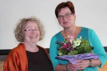 Monika Binder von der Geschäftstelle erhält Dank und Blumen von Vorstand Cordula Goulet