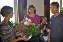 Renate Niedermayer-Muncke (Mitte) wurde aus der Position der Chefredaktion der Mitgliederzeitschrift Tiandiren verabschiedet.
