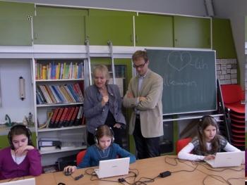 Vera Kaltwasser und Dr. Sauer bei der Computertestung der Schüler im Rahmen der Studie
