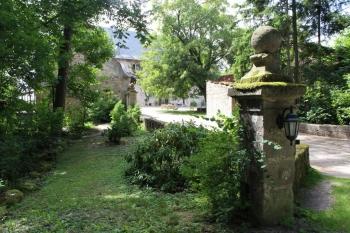 Blick durch den Garten aufs Seminarhaus