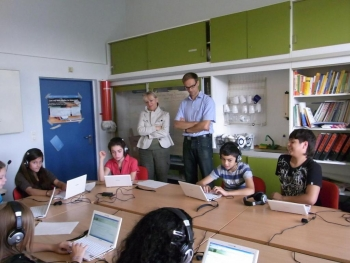 Dr. Sauer (LMU) und V.Kaltwasser bei der computergestützten Testung der Schüler