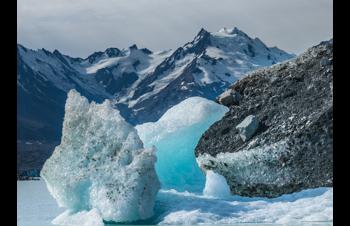 Wasser, Eisformation und Berge im Hintergrund