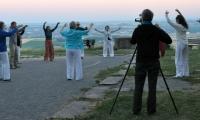 Qigong Übende unter freiem Himmel im Morgenlicht