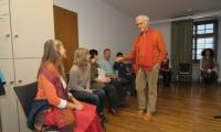 Fredrik Vahle spricht mit Teilnehmerinnen